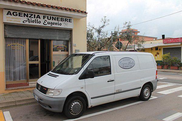 un furgone bianco parcheggiato davanti all'agenzia funebre