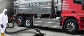 camion che estrae materiali liquidi