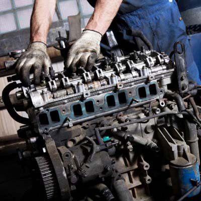 meccanico all'opera su motore