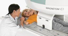 Risonanza magnetica a bambino accompagnato da dottoressa sorridente