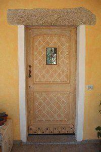Porta di legno decorata