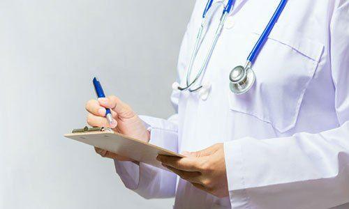 Primo piano del medico di medicina femminile scrittura su appunti