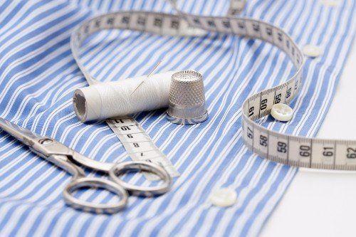 Vista di una camicia metro,delle forbici ,filo e ago