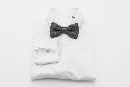 Camicia bianca con un papillon nero