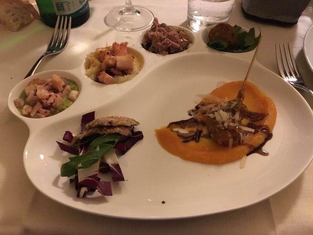 piatto di pesce con condimenti vari