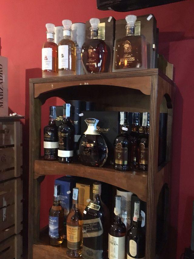 liquori su ripiano di legno