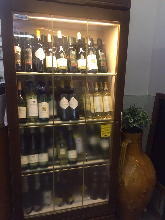 credenza con bottiglie di vini