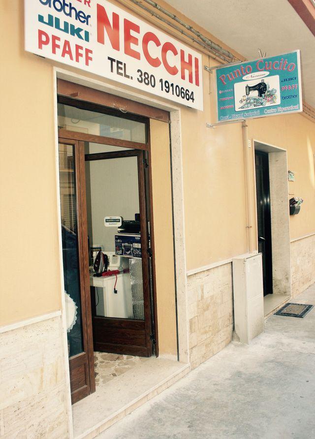 Vista dall'esterno, entrata del negozio Punto Cucito a Sciacca