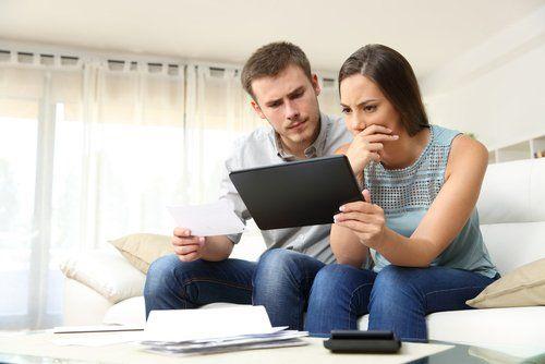 coppia che consulta un tablet