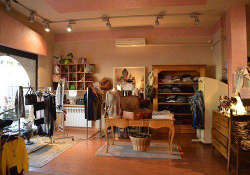 Panoramica dell'interno del negozio di abbigliamento