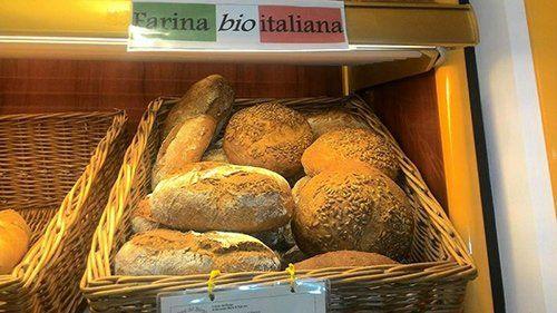 cesto con pane di diversa tipologia