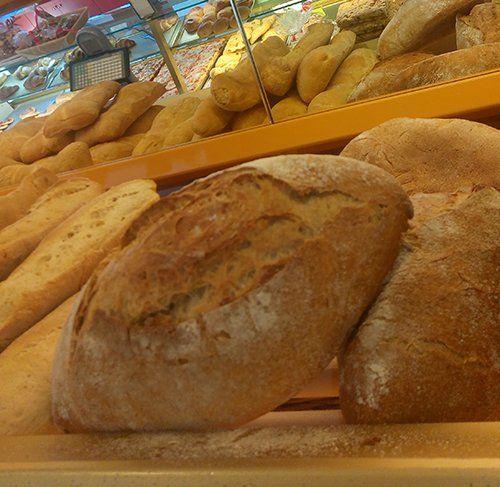 assortimento pane con toscano in primo piano