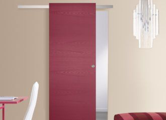 una porta di color rosso