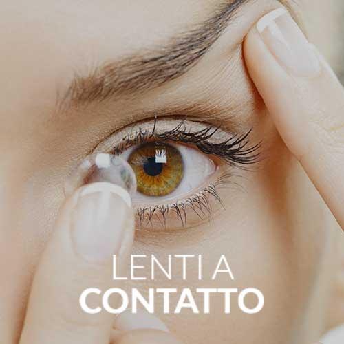 donna mentre si inserisce delle lenti a contatto