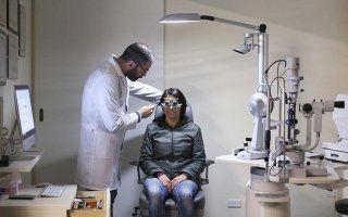 medico durante una visita oculistica a  una paziente