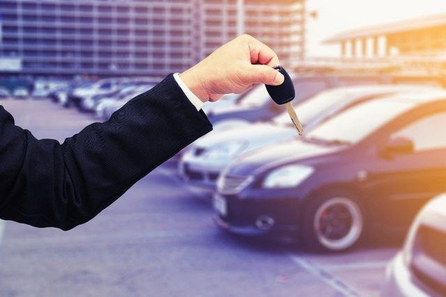 Primo piano di una mano che regge una chiave d'automobile