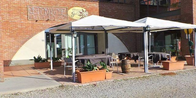 gazebo esterno al ristorante con tavoli per mangiare
