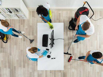 personale mentre pulisce una casa
