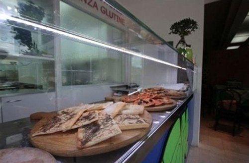 tranci di pizza sul bancone