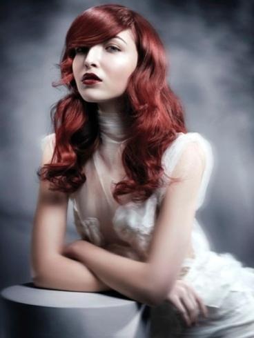 Ragazza giovane, con i capelli rossi,lunghi e ondulati