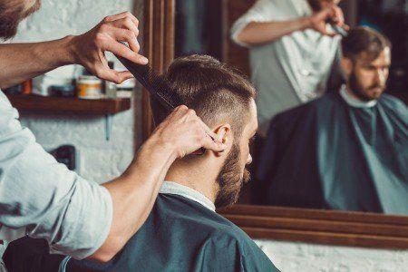 giovane che riceve un taglio di capelli