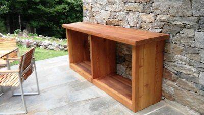 un mobiletto in legno marrone