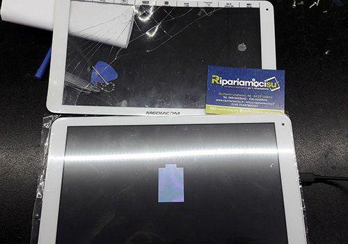 due tablet e un biglietto da visita