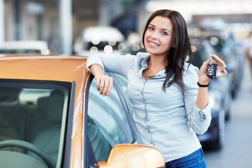 Mädchen mit Autoschlüsseln