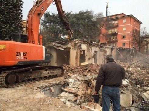 La ditta inoltre è in grado di eseguire demolizioni e smantellamenti di ogni tipologia di caseggiati, edifici e fabbricati industriali,