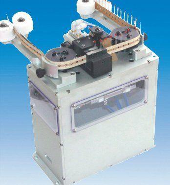 Alimentatore pneumatico passo passo per componenti radiali nastrati