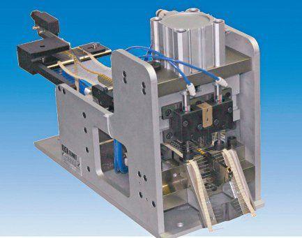 Alimentatore pneumatico passo passo per componenti assiali nastrati