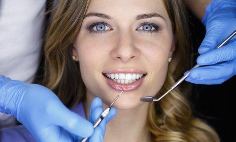 donna con denti bianchi durante una visita dentistica