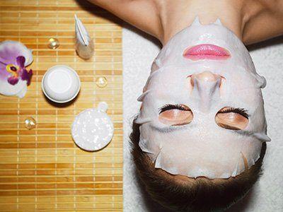 donna durante un trattamento con maschera sul viso