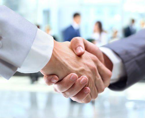 stretta di mano tra uomini