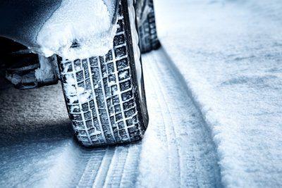 primo piano di un pneumatico sulla neve
