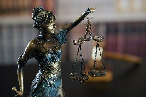 Immagine di metallo della bilancia della giustizia