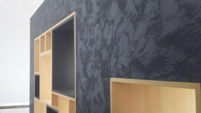 parete dipinta con scaffali e mensole