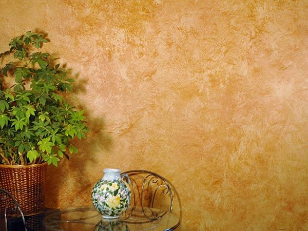 parete dipinta con tavolo, due sedie e un vaso