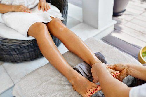 massaggio drenante ai piedi