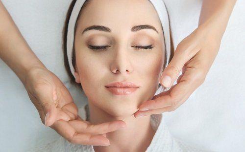 massaggio facciale a donna