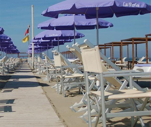 Le bianche sedie, ombrelloni blu, il cielo blu anche......tutto indica che l'estate è arrivata