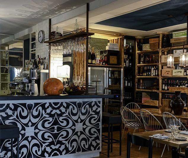 Informale ma elegante, un luogo di ritrovo cool e mai banale dove trascorrere piacevoli serate e aperitivi con gli amici.Miscela di stili e materiali come il legno,le piastrelle,il metallo... in cui le bottiglie di vino occupano buona parte della parete