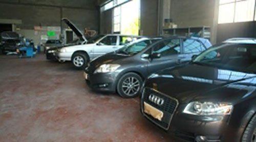 Auto in attesa di essere  riparati