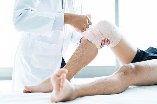 dottore fascia una gamba