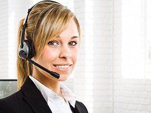 Ragazza con cuffie da call center
