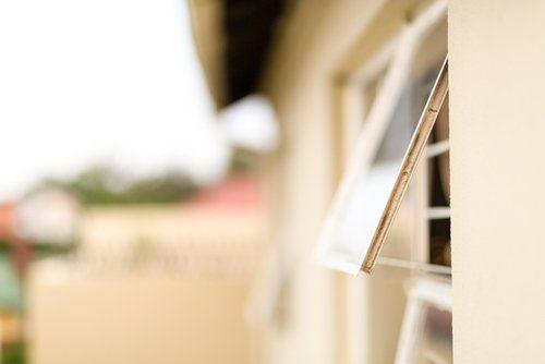 casa con finestra aperta