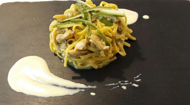 tagliolino con vongole , crema di asparagi e crema di aglio