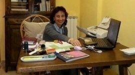 una donna alla scrivania con un portatile