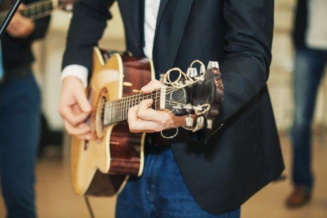 un uomo che suona la chitarra