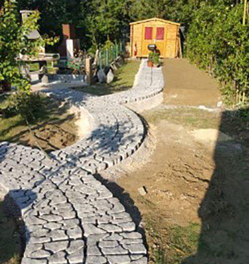 arredamento di un giardino con muretti in pietra e sassi